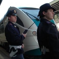agenti della polizia ferroviarie in servizio nelle stazioni 3