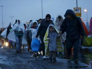 migranti in marcia verso Vienna sotto la pioggia