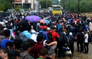profughi bloccati sotto la pioggia al confine macedone