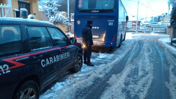 carabinieri in aiuto degli atomobilisti per neve e ghiaccio