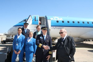 Stretta di mano tra Comandante KLM e Gabor Pinna, vice presidente Sogaer