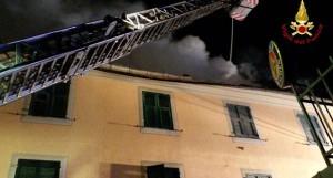 fiamme in una palazzina del venovee_padre si lancia dalla finestra con il figlio in braccio