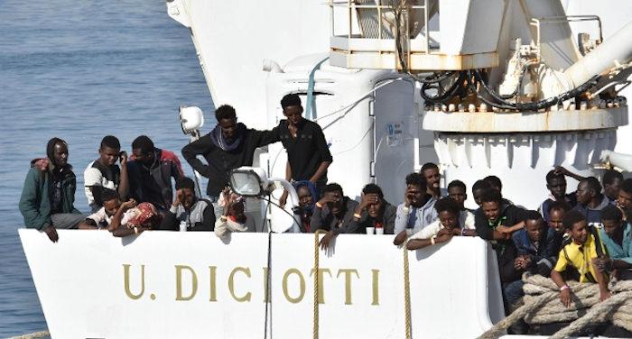 migranti_litte nel governo. la nave militare Dicioti in porto con 70 clandestini
