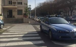 auto polizia davanti a questura di Cagliari