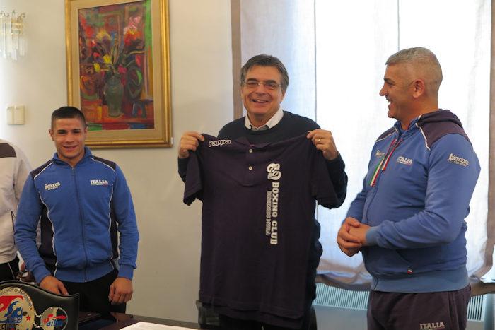 Consegna maglia Ganau_cerimonia riconoscimento sportivo a Federico Serra