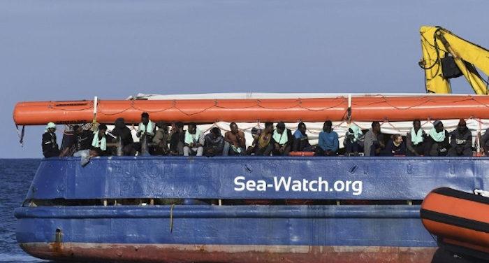 Migranti ancora a bordo della sea wacht