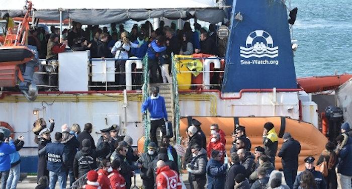 Migranti sbarcano dalla Sea wacht