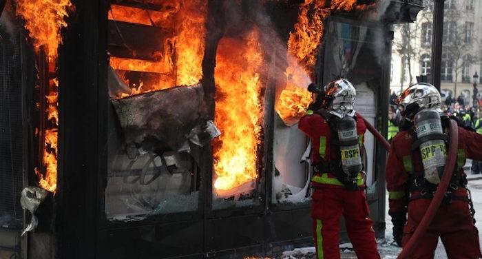 Centro parigi in fiamme per colpa di terroristi incappucciati