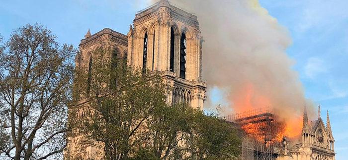 Incendio devasta cattedrale di Notre Dame di Parigi