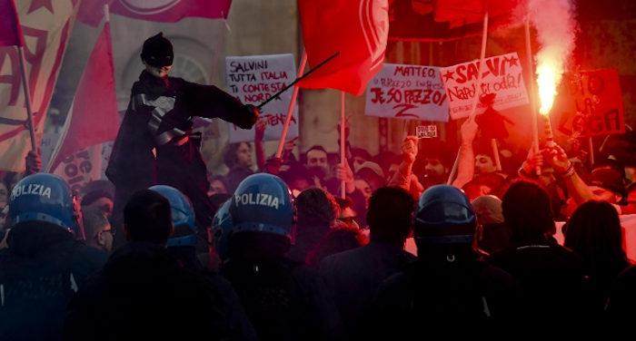 I terroni non di menticano_ a Napoli Salvini persona non gradita