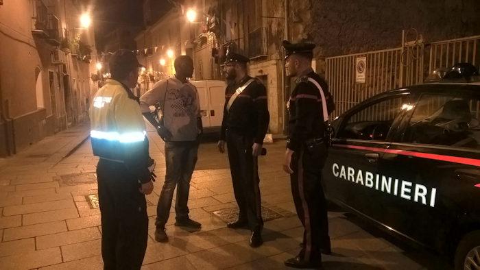 Controlli dei carabinieri e vigili urbani nel quartiere della Marina a Cagliari