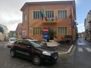 Auto cc di stazione Decimomannu davanti a comune Decimoputzu