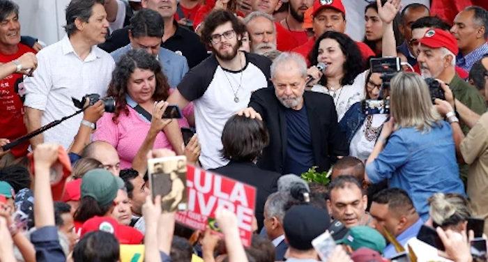 Giudice brasiliano per diventare ministro toglie di mezzo il grande presidente Lula e lo sbatte in carcere. Scarcerato
