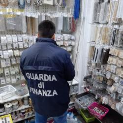 Gdf Ca sequestra oggetti contraffatti