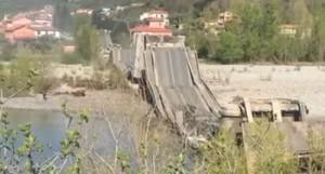 Crolla ponte a Mass Carrara_due furgoni trascinati giu'