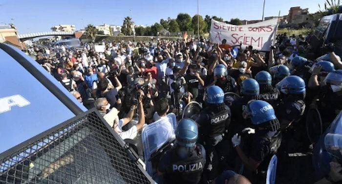 Salvini cacciato da Mondragone accusato dai cittadini di sciaccallaggio
