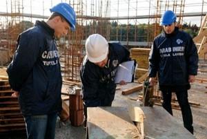 carabinieri_Nil mentre coltrollano cantiere per lavoratori se in regola.2